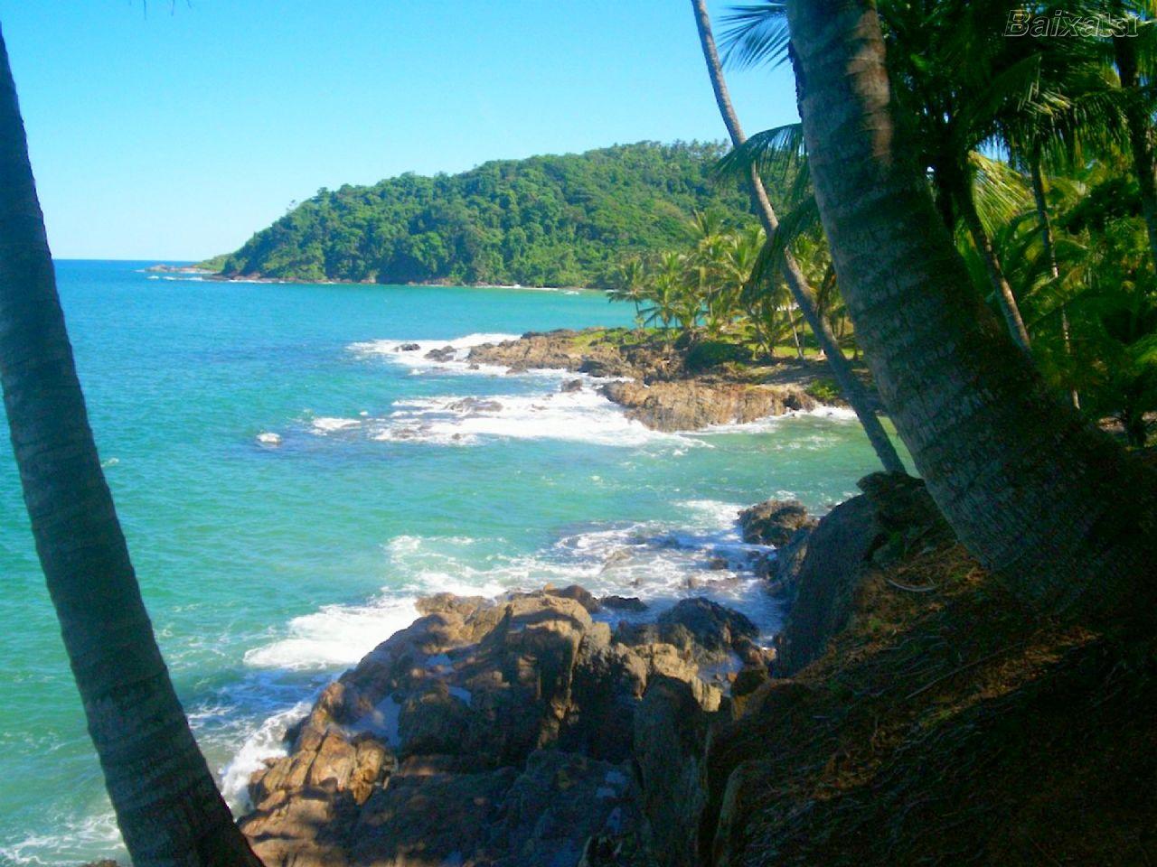 Itacaré, à 60km do Barravento Hotel, tem destaque nacional com os grandes campeonatos de surf e suas praias paradisíacas, calmas e algumas desertas.